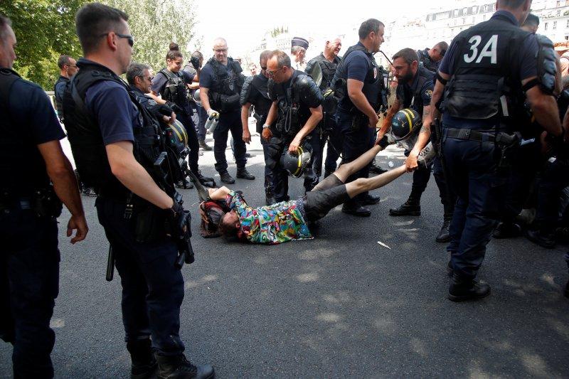 Polisi Prancis gunakan gas air mata bubarkan massa
