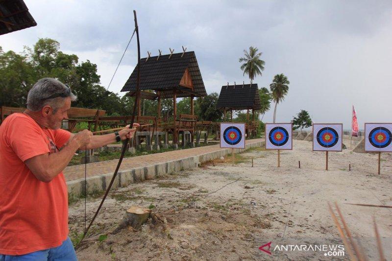 Turis memanah di arena Festival Pesona Mentawai, terkagum keindahan