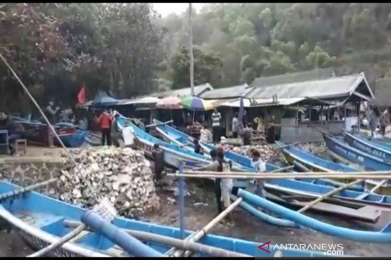 Nelayan Pantai Baron mengungsikan perahu antisipasi gelombang tinggi