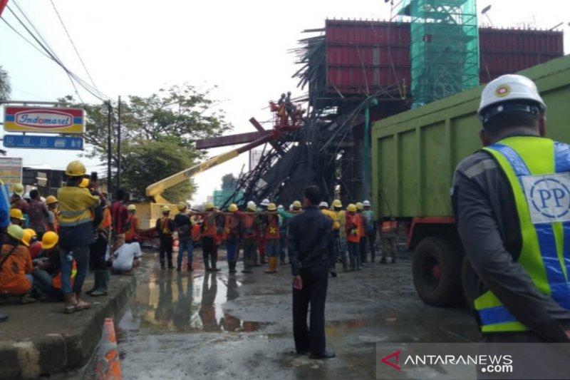Dua orang terluka akibat ambruknya tiang pancang Tol BORR