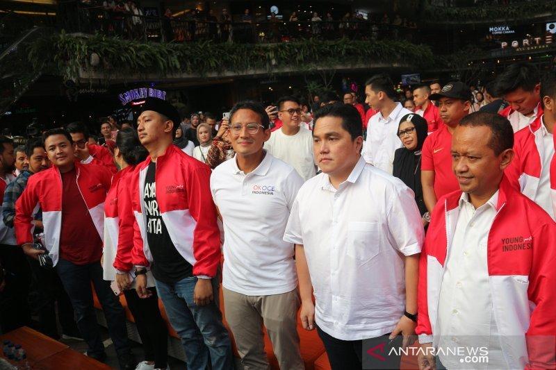 Ratusan generasi milenial pendukung Jokowi-Prabowo membaur dalam merah putih
