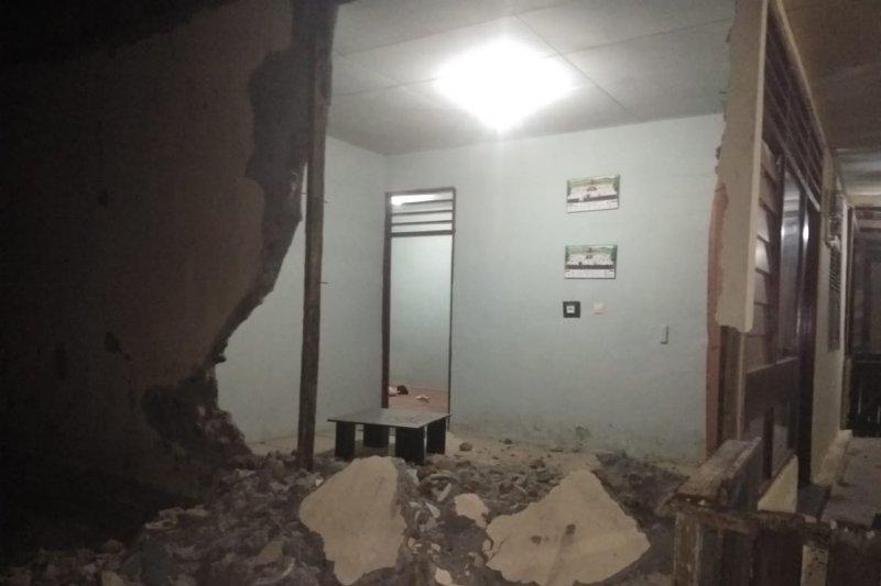 Sebanyak 971 unit rumah warga rusak berat dan tiga meninggal akibat gempa
