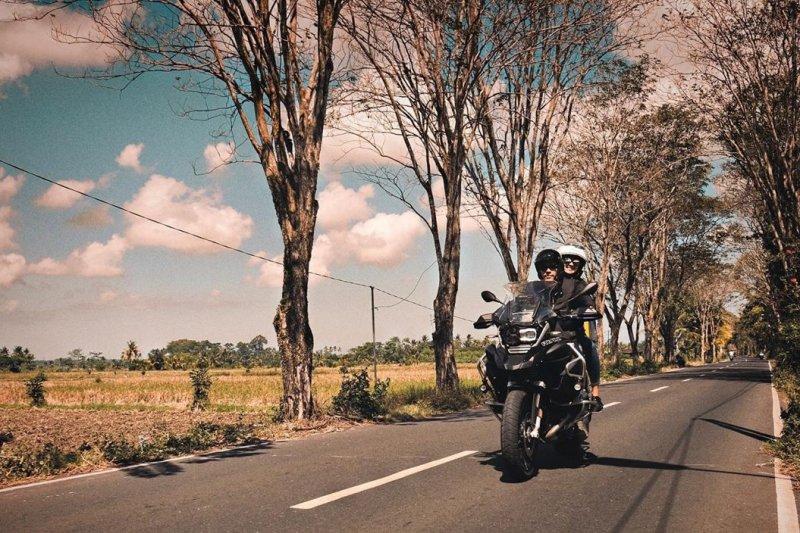 Pasangan selebritis Darius dan Donna Agnesia naik motor jelajahi Himalaya
