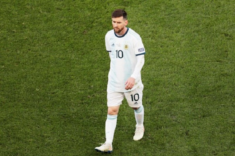 Diberi kertu merah, Messi didenda dan dilarang main satu pertandingan Copa America