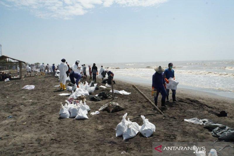 Masyarakat yang bersihkan ceceran minyak mentah, Pertamina beri upah Rp 100 ribu