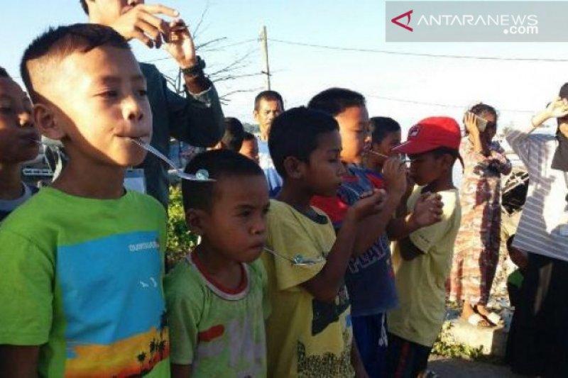 Mahasiswa UHO perkenalkan permainan tradisional bagi anak pantai
