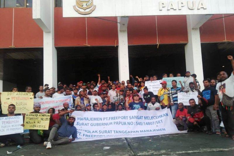 Eks karyawan Freeport dan mahasiswa demo di Kantor Gubernur Papua