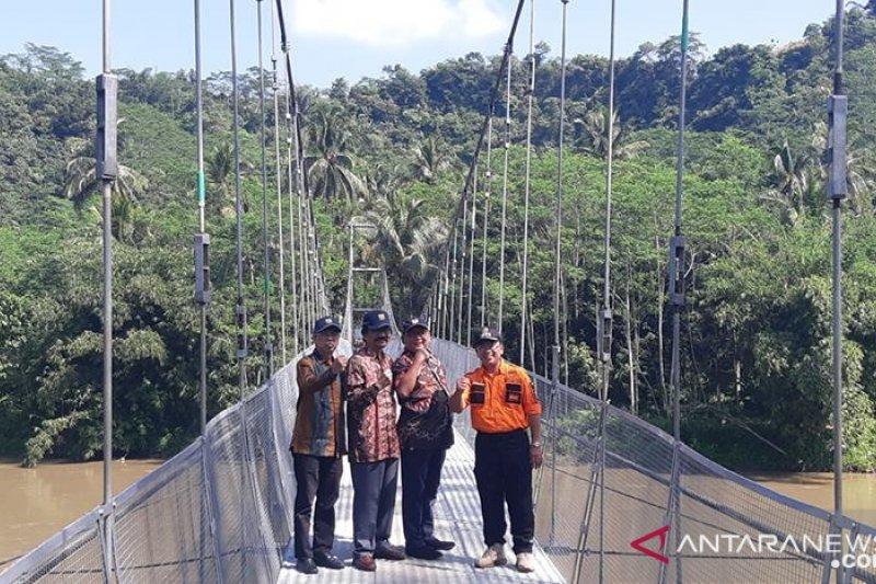 Warga menantang bahaya beraktivitas lewati jembatan bambu
