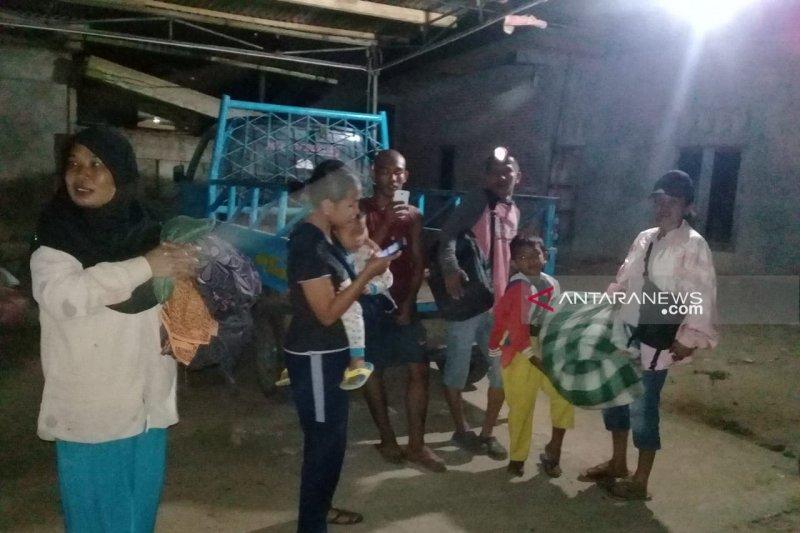 Warga Bengkulu pantau air laut pascagempa  7,4 Skala Riichter