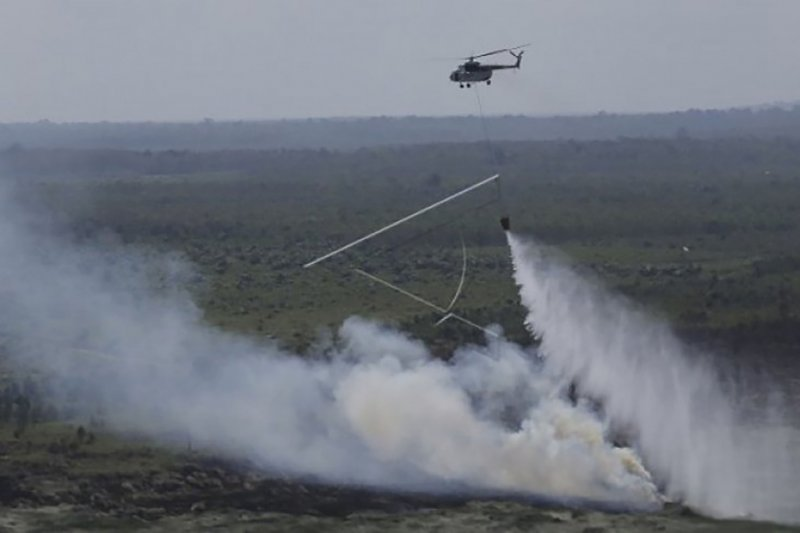 Tabrak kabel,  Helikopter pemadam kebakaran hutan jatuh