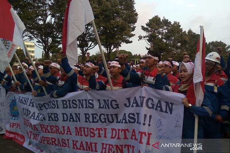 Pekerja Pertamina Cilacap aksi tolak pengalihan bisnis LNG