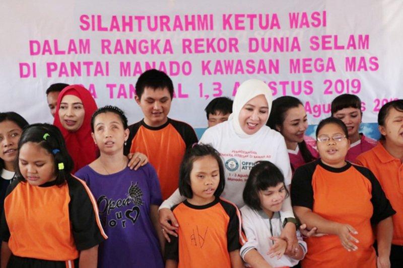 Ketua WASI  beri bantuan di Panti Asuhan Bartemeus di Manado