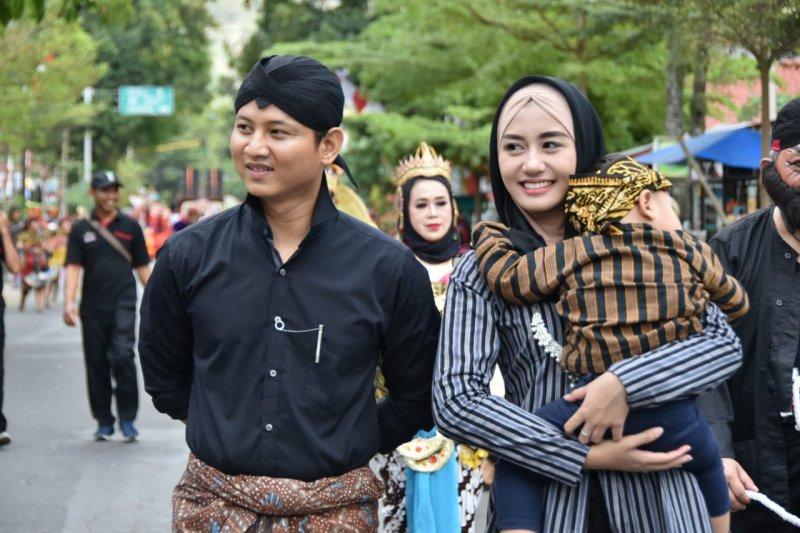 """Bupati Trenggalek dan istri ikut ramaikan pawai """"Etnic Carnival"""""""