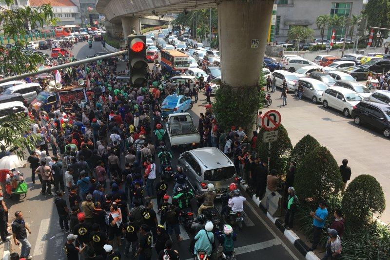 Mitra Gojek unjuk rasa, kendaraan terjebak macet