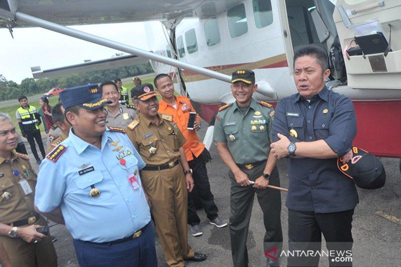 Gubernur mengecek perlengkapan udara untuk patroli kebakaran lahan