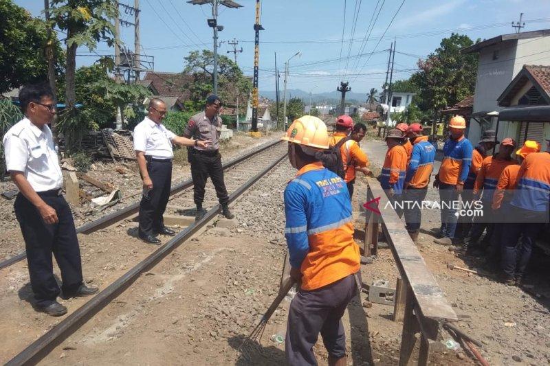 PT KAI tutup perlintasan sebidang di Kelurahan Surabaya Bandarlampung