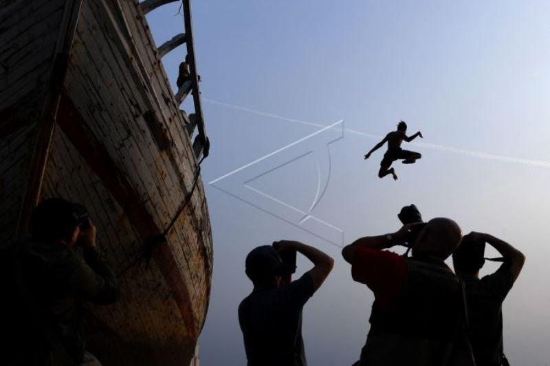 Aksi melompat dari kapal