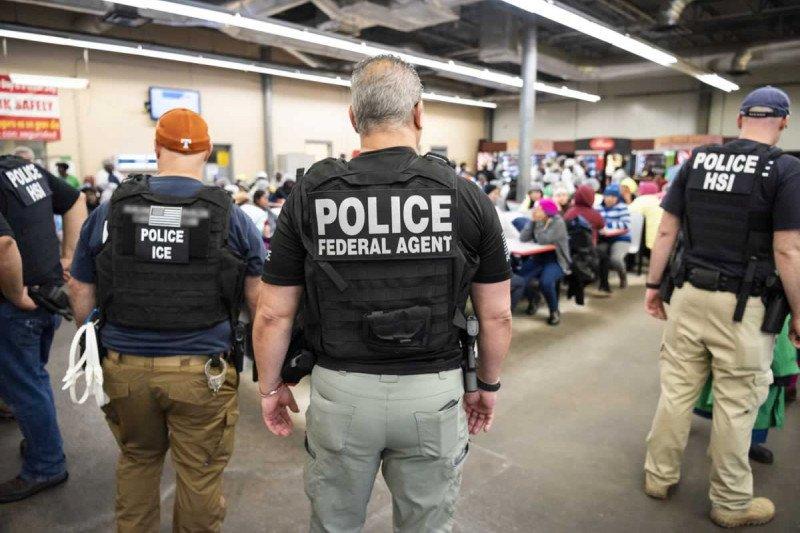 Hampir 1.000 pegawai pusat penahanan imigrasi AS positif corona