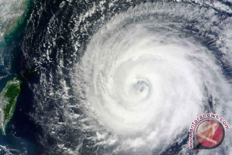 Badai topan paksa evakuasi, ratusan  penerbangan dibatalkan