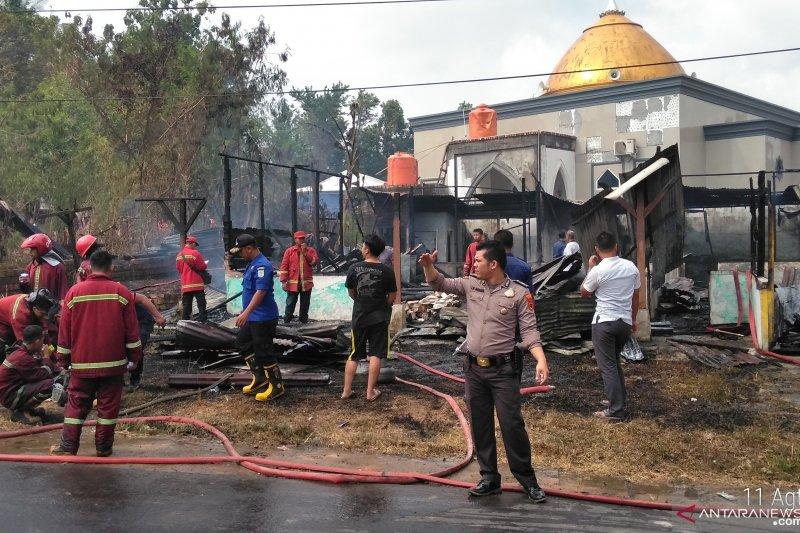 Saat warga sibuk potong hewan kurban, tiga rumah hangus terbakar