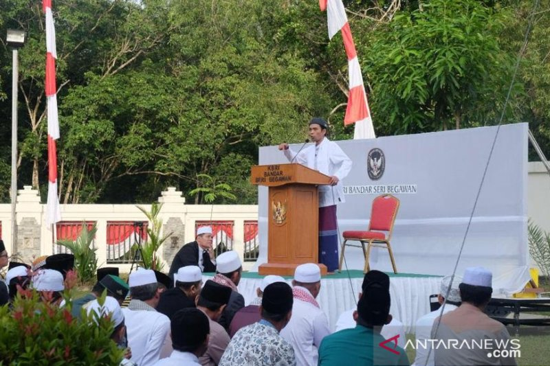 Indonesians perform Eid Al-Adha prayer with Ustaz Abdul Somad in Brunei