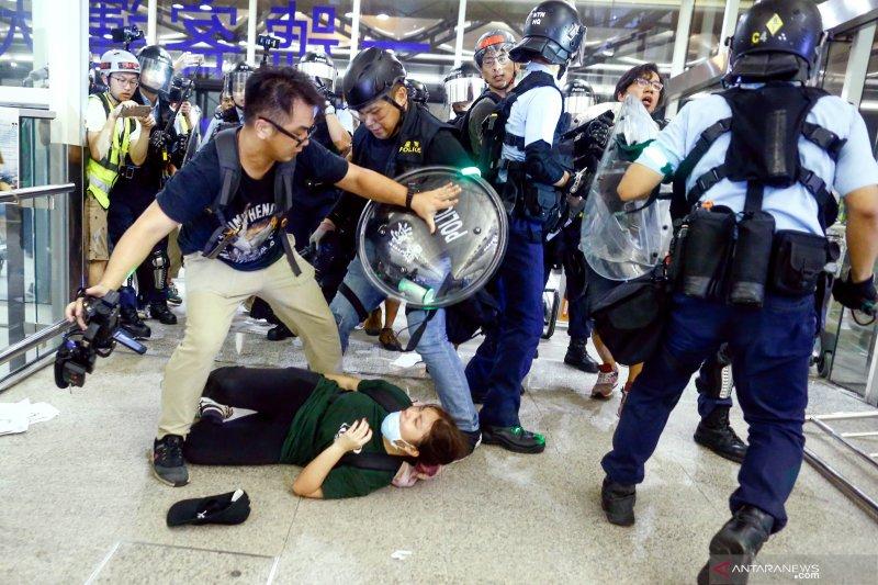 Bandara Hong Kong hentikan layanan 'check-in'