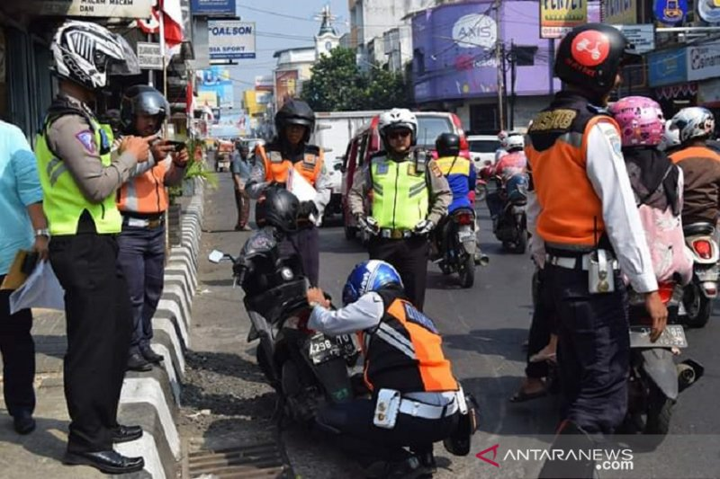 Mobil parkir sembarangan di Sukabumi bakal disanksi kempes dan gembok ban