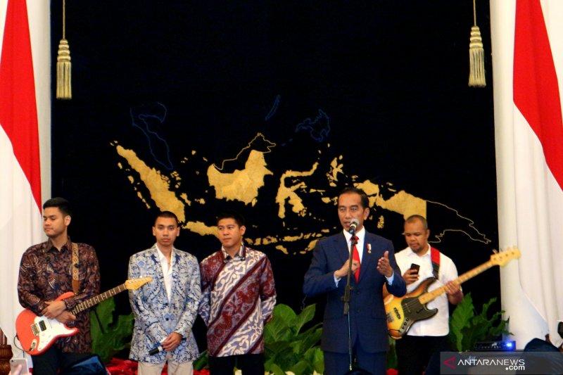 Siswa dari Sulsel dapat sepatu dari Presiden Joko Widodo