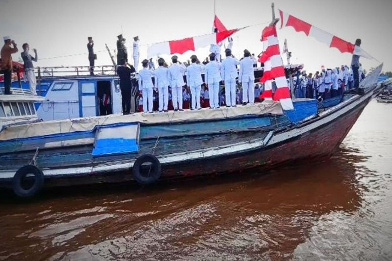 Kecamatan di Kotim gelar upacara HUT RI di atas perahu