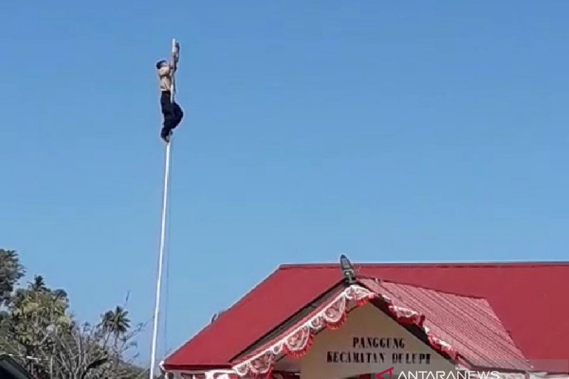 Gubernur Rusli Habibie  beri beasiswa kepada anak pemanjat tiang bendera