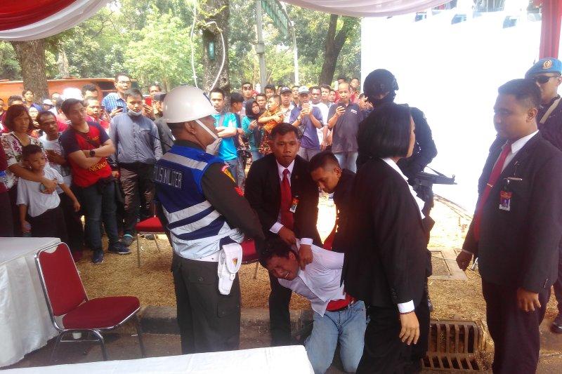 Paspamres amankan seorang pria di depan Istana Merdeka Jakarta
