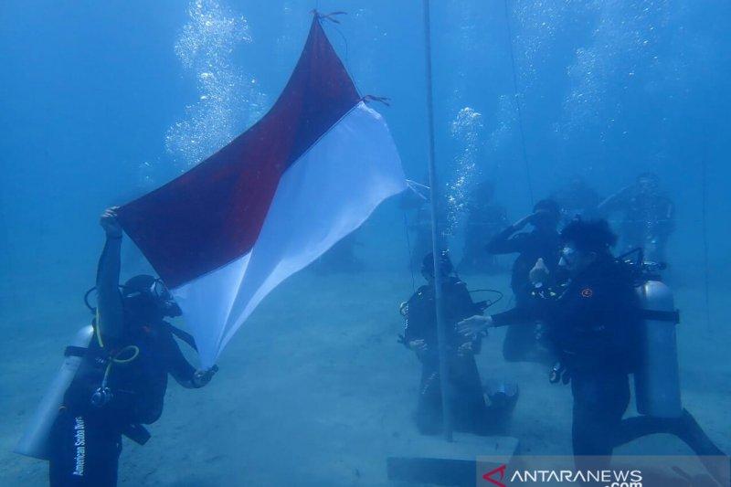 BTNKT Sulteng menggelar upacara HUT ke-74 RI di dasar laut