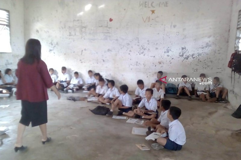 Siswa SMPN 1 Nias Sumut terpaksa belajar di lantai