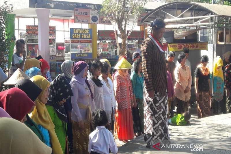 Warga Temanggung Jawa Tengah upacara HUT RI berbahasa Jawa