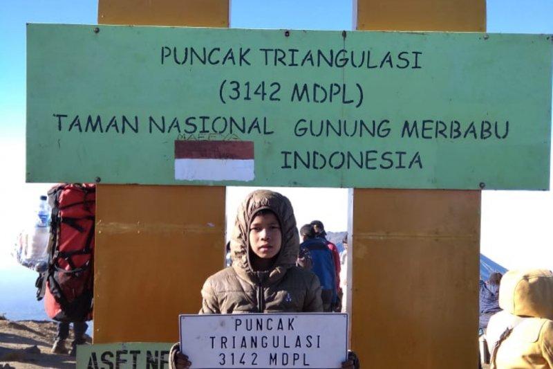 Siswa SD ini peringati HUT ke-74 Indonesia di Puncak Merbabu