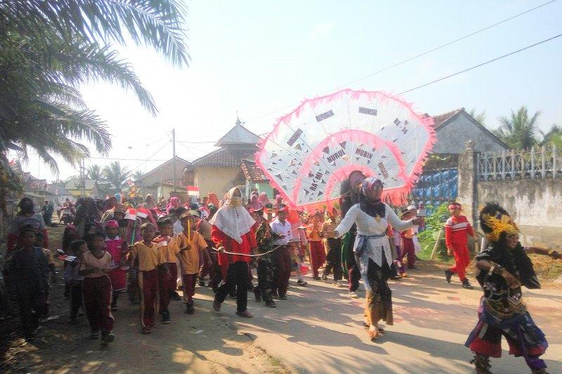 Siswa sekolah di Lampung Timur  merayakan HUT Kemerdekaan dengan pawai