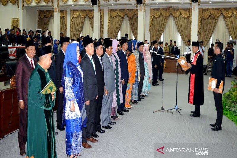 Bupati tegaskan harus tetap profesional meski tiga keluarga duduk di DPRD