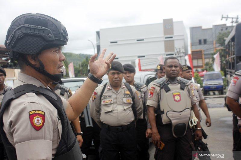 Ratusan anggota TNI-Polri buka blokade jalan di Kota Sorong