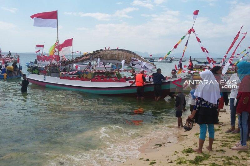 Lomba perahu hias di Kota Kupang