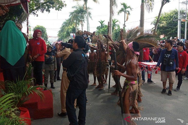 Paguyuban Warga Sunda berpatisipasi saat pawai alegoris di Agam