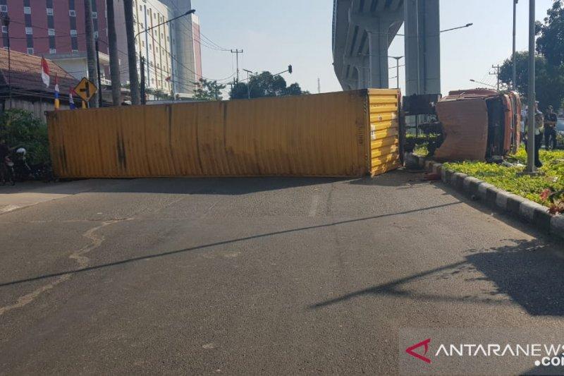 Pelindo kerahkan tiga unit forklift  evakuasi truk kontainer terguling