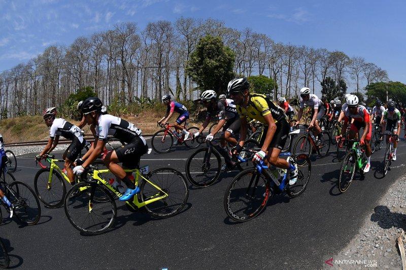 Para pebalap tempuh etape  terpanjang Tour d'Indonesia 2019