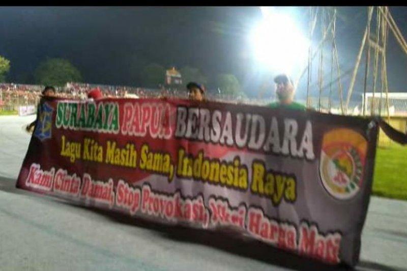 """Bonek kibarkan spanduk """"Surabaya-Papua Bersaudara"""""""