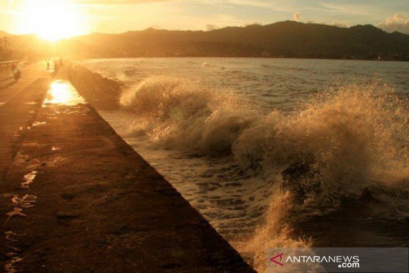 Perairan Sulbar diterjang gelombang setinggi empat meter