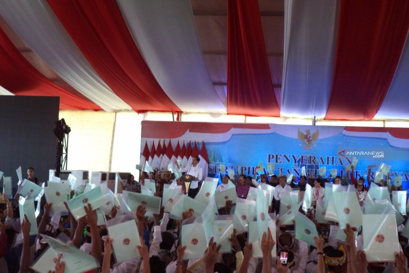 Presiden Jokowi paparkan manfaat sertifikat tanah kepada masyarakat Kupang
