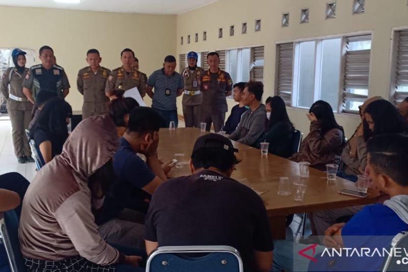 Satpol PP Karawang tangkap 14 pasangan bukan suami-istri di tempat kos