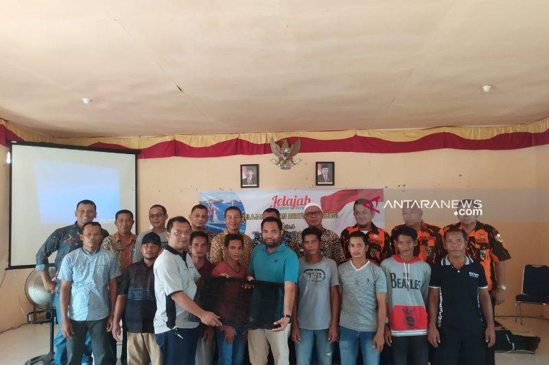 Tim Jelajah Rantau Bertuah berbagi Bubu Ketam dengan Nelayan