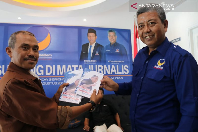 Jurnalis ANTARA persembahkan buku untuk Ahmad Ali atas karir politik