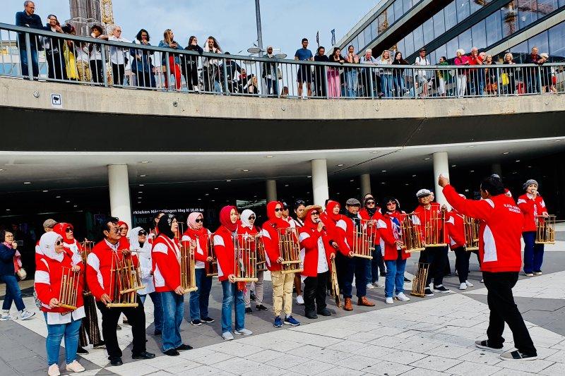 Angklung  IDI bawakan lagu-lagu daerah di   Stockholm