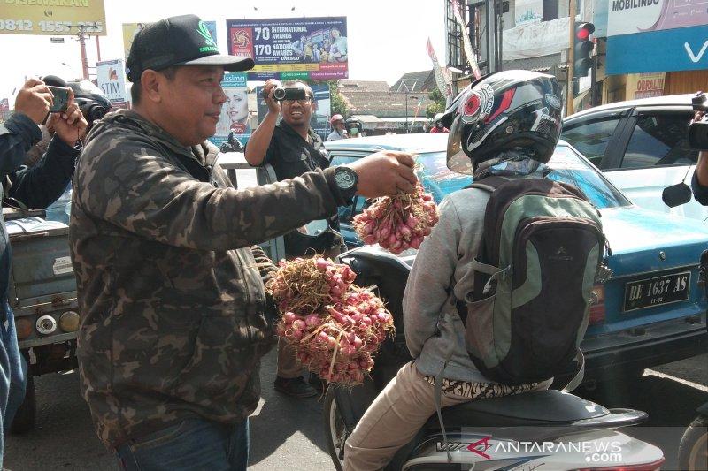 Petani Bantul menggelar aksi bagikan bawang merah ke pengguna jalan